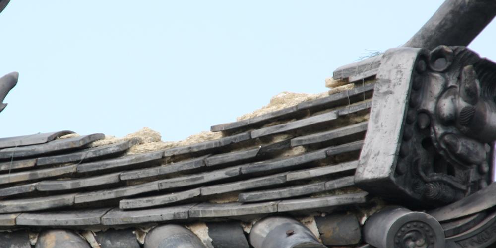 風災で屋根瓦が破損。