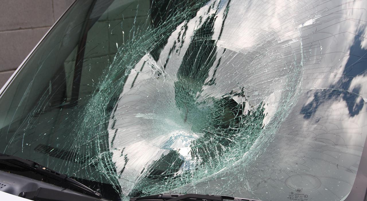 風災で車のガラスを破損